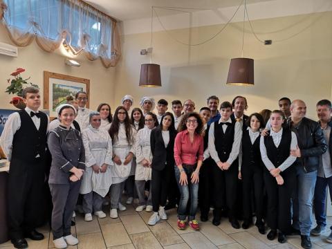 Un gruppo di studenti con Poletti, Isoppo e alcuni professori dell'alberghiero