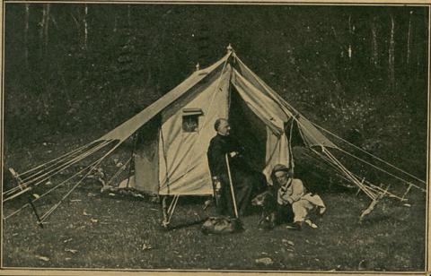 Il mecenate lucchese Alfredo Caselli in campeggio in Garfagnana