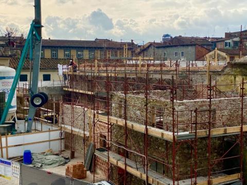 Il cantiere allestito nel vecchio edificio del centro di Lucca