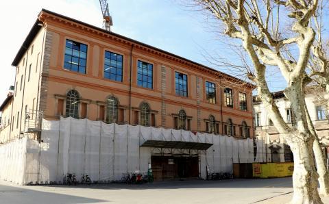 la facciata su piazza Napoleone
