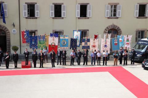 Festa dei Carabinieri - autorità con i rispettivi Gonfaloni alzati