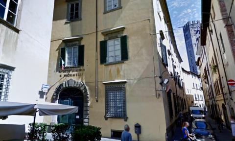 l'ingresso dello storico palazzo Lucchesini che ospita la scuola