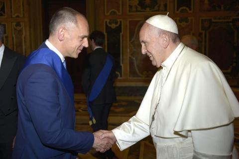 Il presidente Menesini stringe la mano al Santo Padre