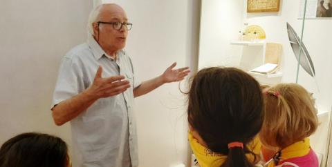 Il prof. Luciani fa da guida ai bambini