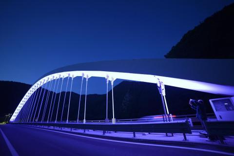 immagine notturna del ponte di rivangaio