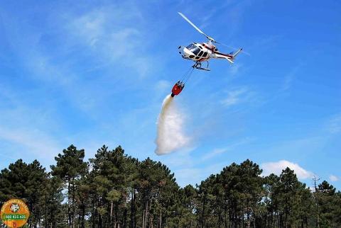 Immagine di un elicottero dell'antincendio in volo