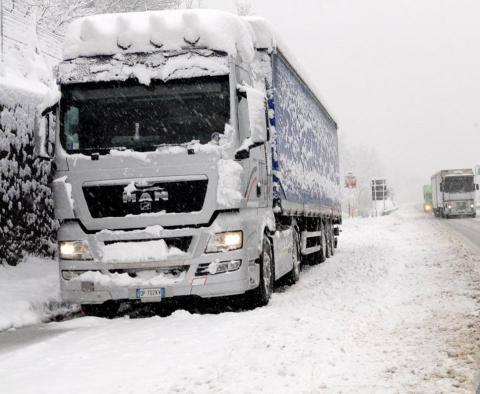 Immagine di un camion sulla strada innevata