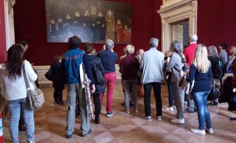 turisti che affollano la sala accademia II di Palazzo Ducale