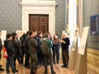 """Luciano Luciani con gli studenti delle scuole superiori durante la visita guidata alle mostre """"La razza nemica"""" e """"Porrajmos"""""""