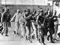 internati in un campo di concentramento che suonano strumenti