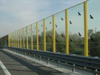 una barriera antirumore su un'autostrada