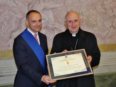 La consegna della Pantera d'Oro al vescovo Castellani