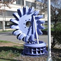 Alla base: girante di turbina idraulica tipo Francis. Sopra: girante di turbina idraulica tipo Pelton (presente nel logo dell'Istituto)