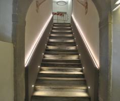 la scalinata che porta al primo piano della scuola