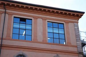 Un dettaglio dei grandi finestroni degli ultimi piani