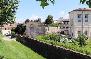 L'edificio da recuperare visto dalle Mura di Lucca