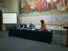 Immagine del tavolo con i relatori della giornata