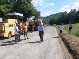 Fotografia del sopralluogo del Presidente ai lavori di asfaltatura al Passo Carpinelli